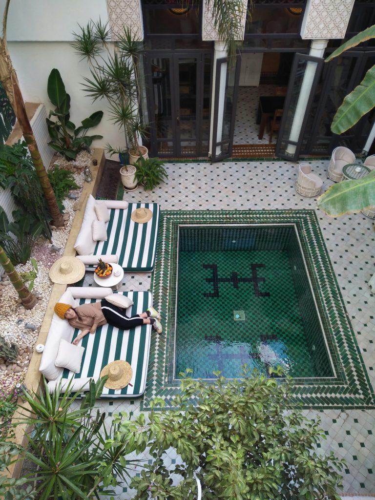 veduta dall'alto di un patio interno con piscina