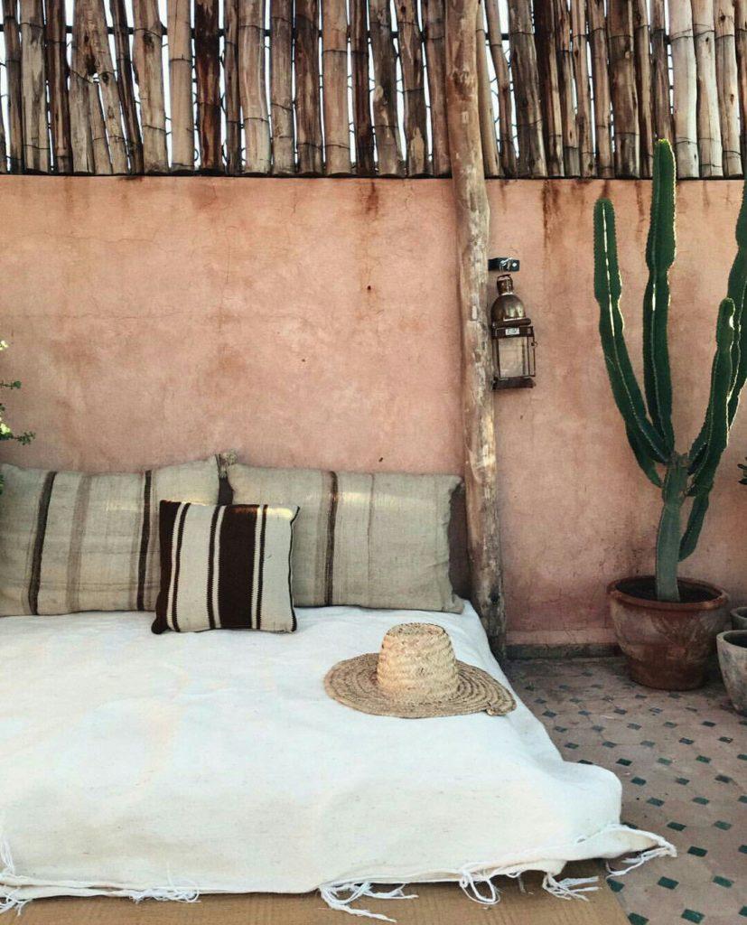 rooftop di un riad con cactus e cuscini