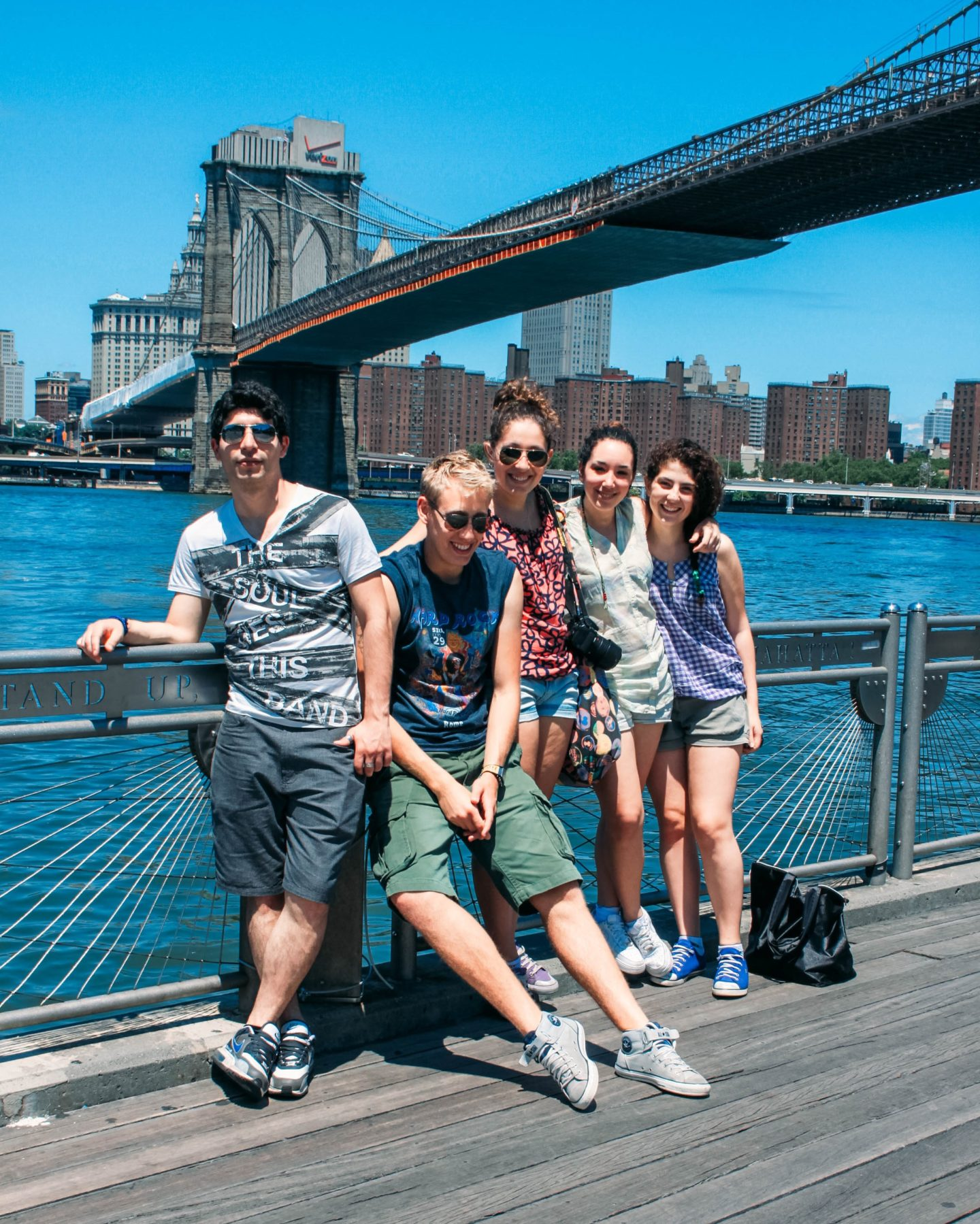 cinque ragazzi davanti a brooklyn bridge