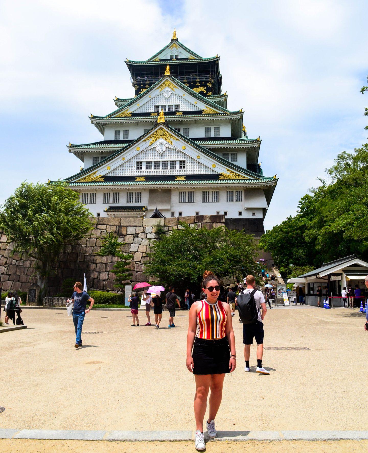 ragazza davanti a castello con pagode
