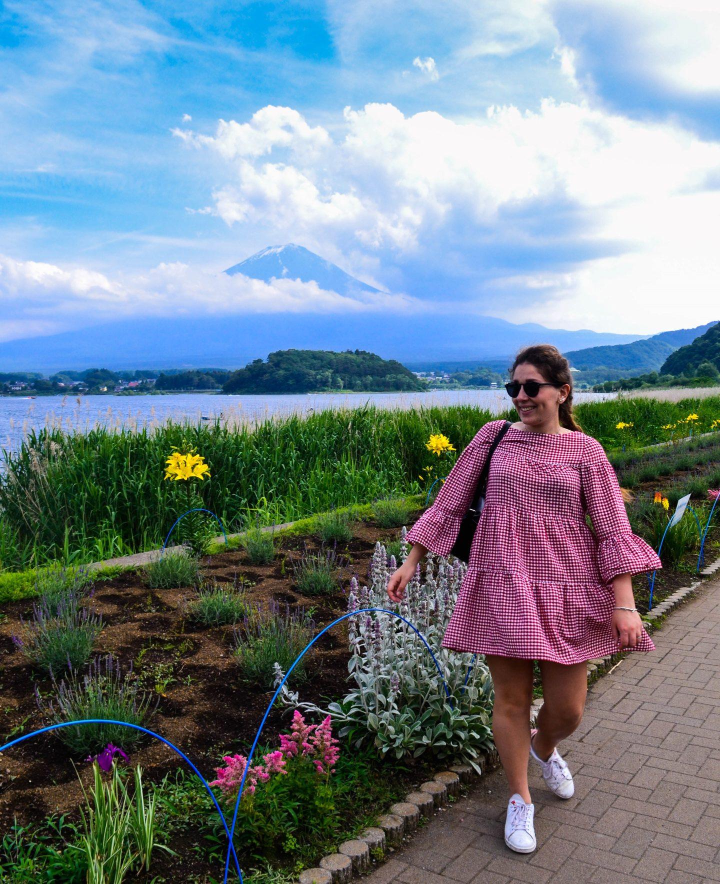 ragazza con vestito rosso davanti a monte fuji