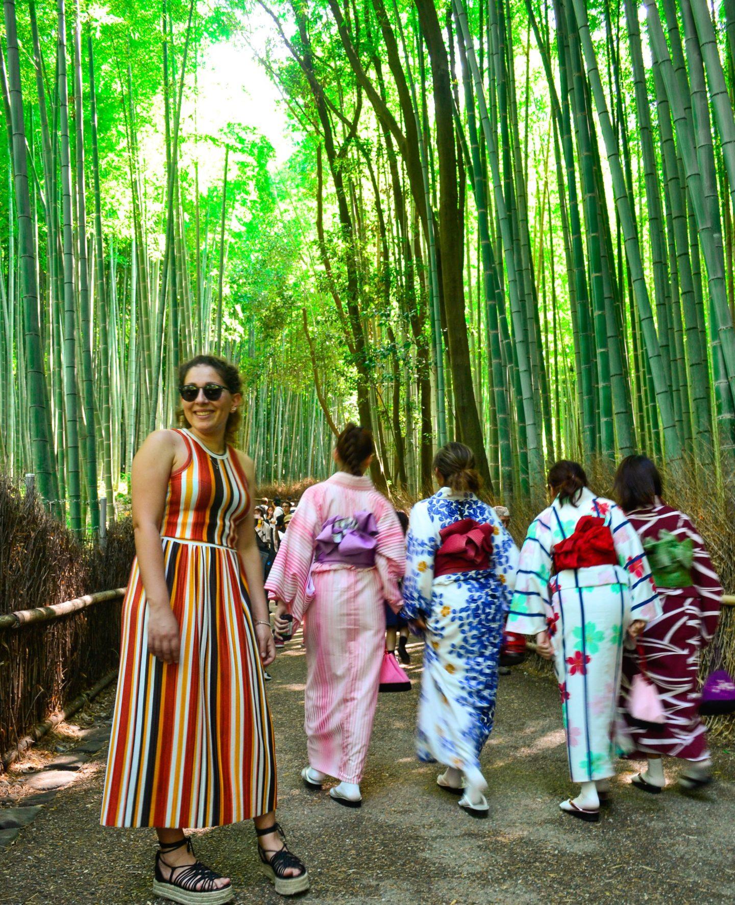 quattro ragazze in foresta di bamboo