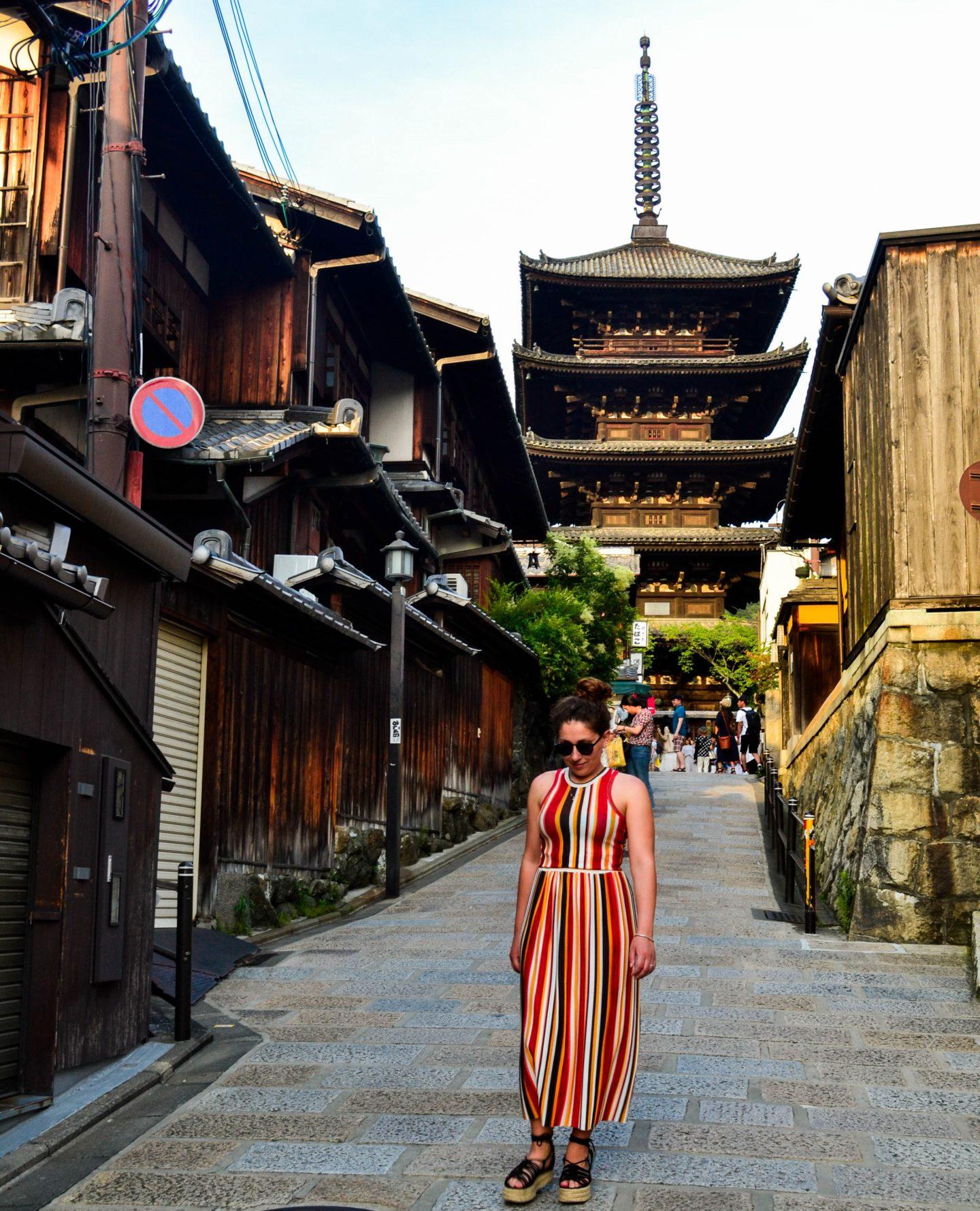 ragazza che cammina per vie giapponesi
