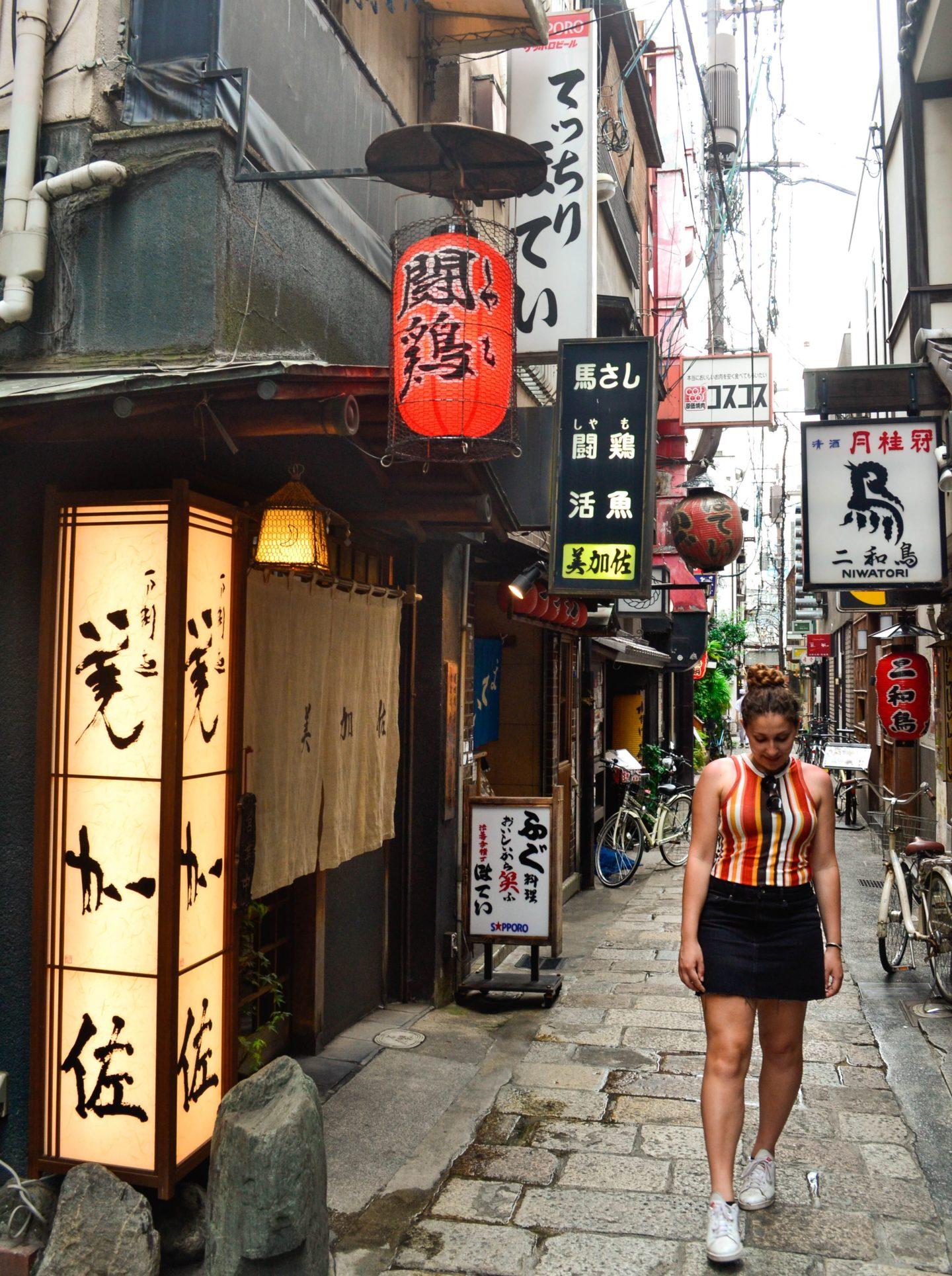 ragazza in piccolo vicolo giapponese