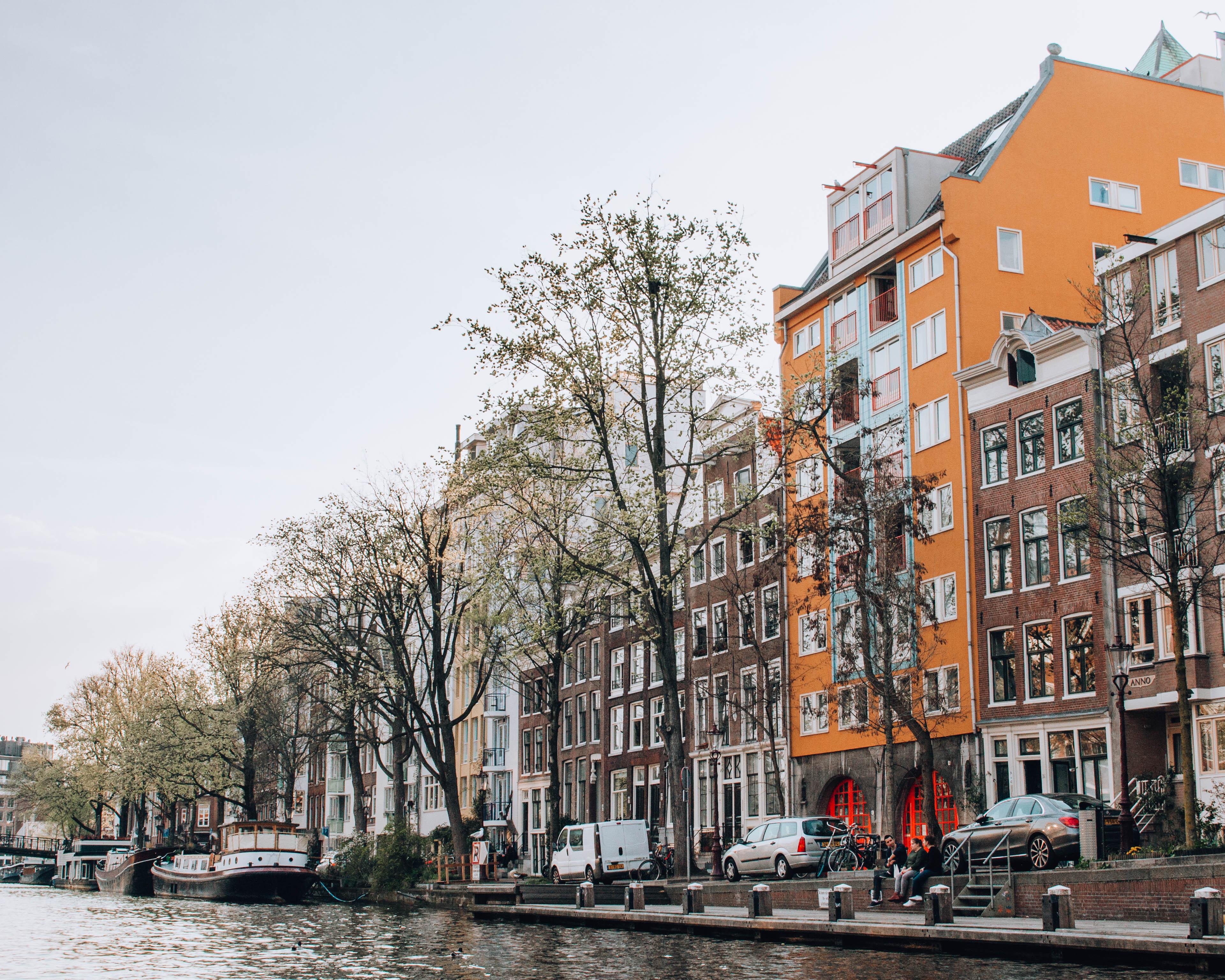 veduta di città dai canali