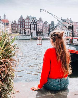 ragazza sulla banchina di un canale