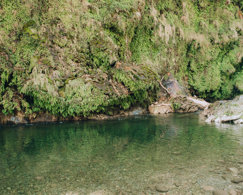 piscina naturale ai piedi di cascata