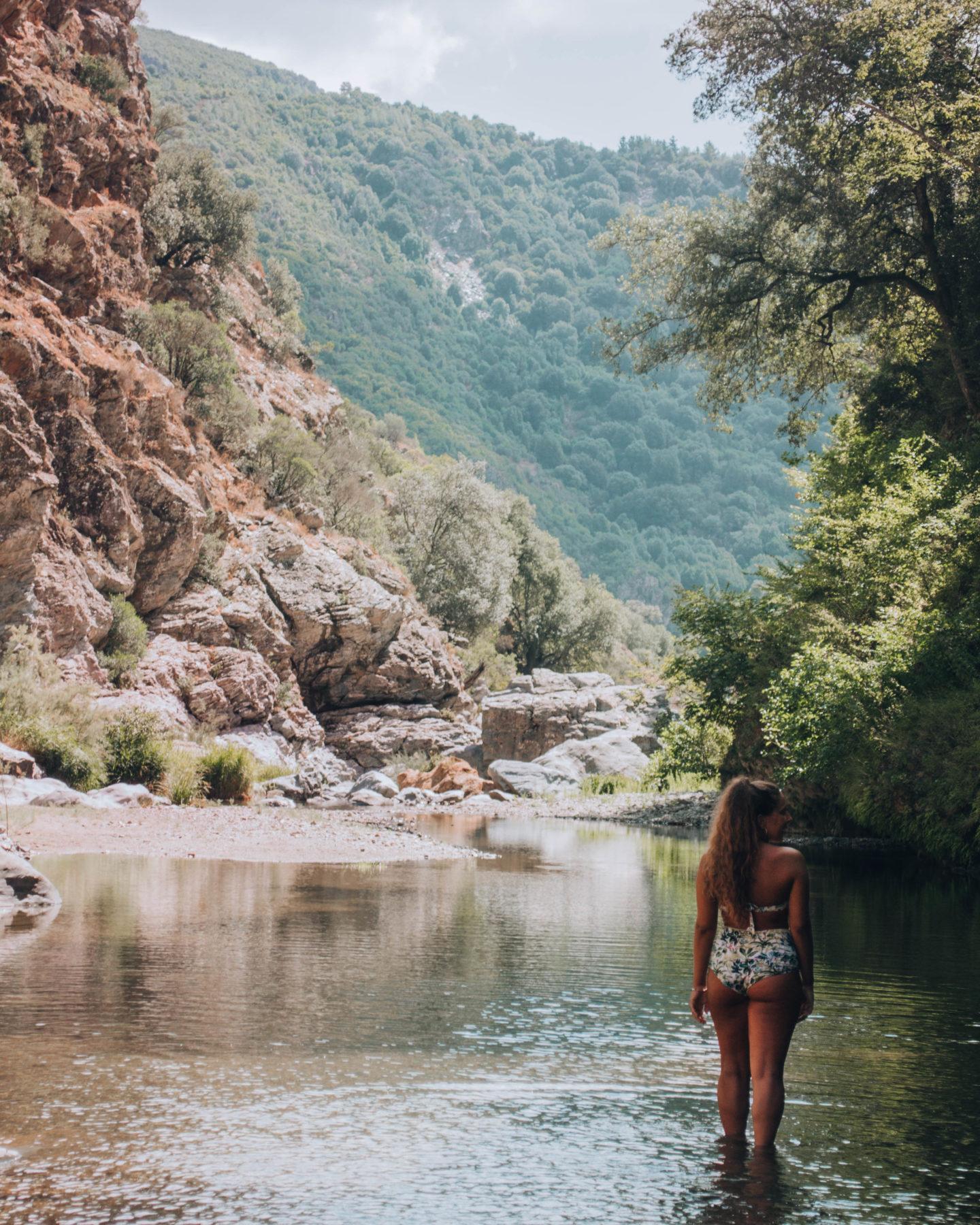 piscina naturale in canyon scavato tra rocce granitiche
