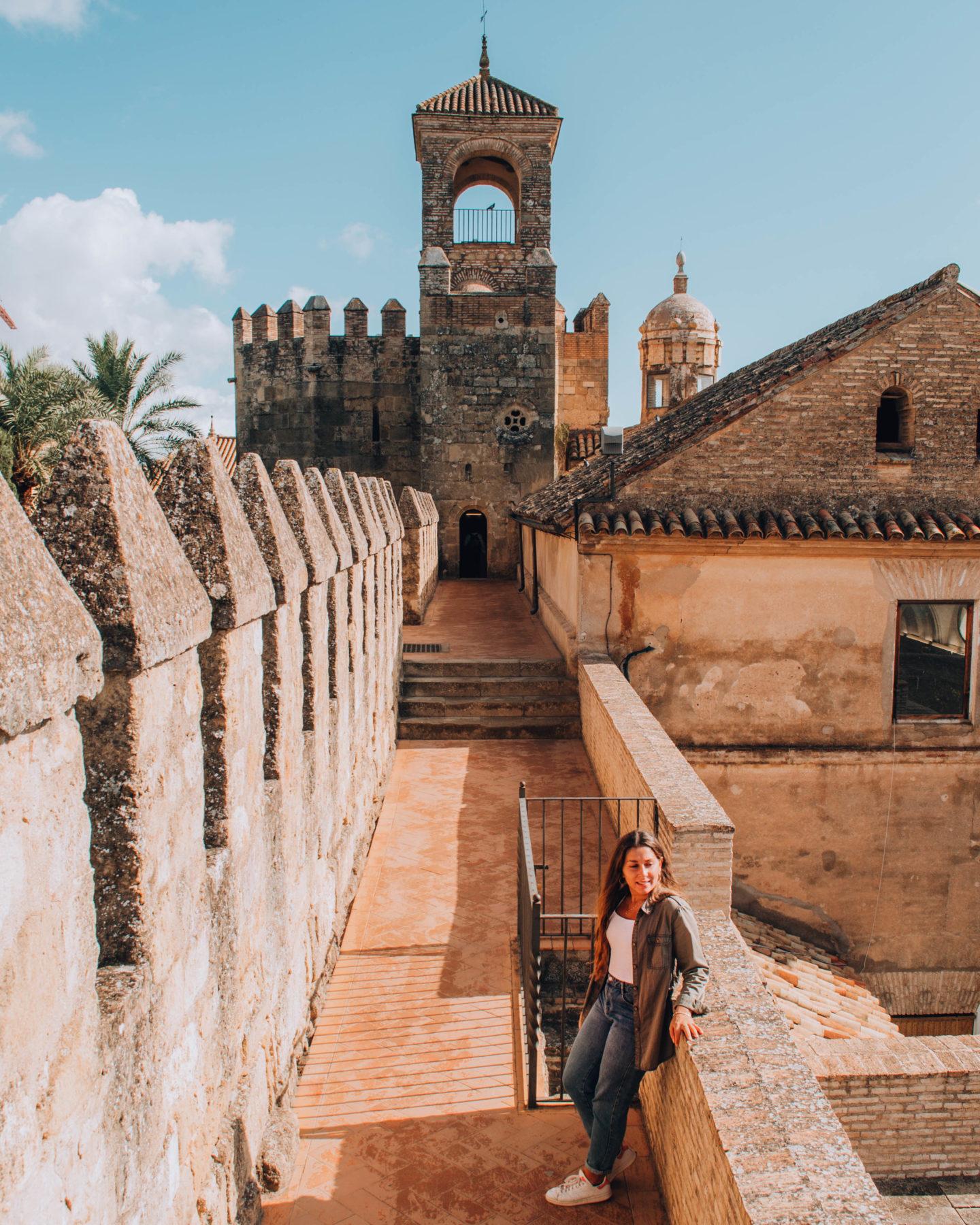 Corridoio esterno di una fortezza araba con torre