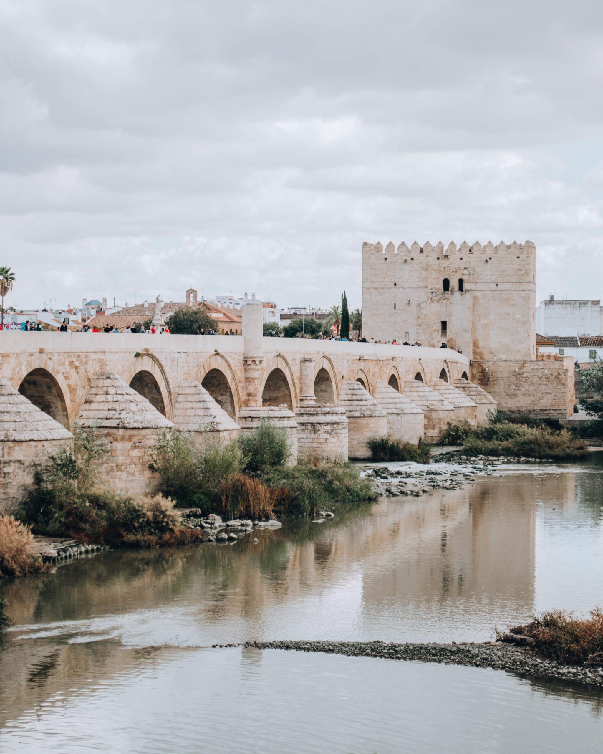 ponte romano con arcate