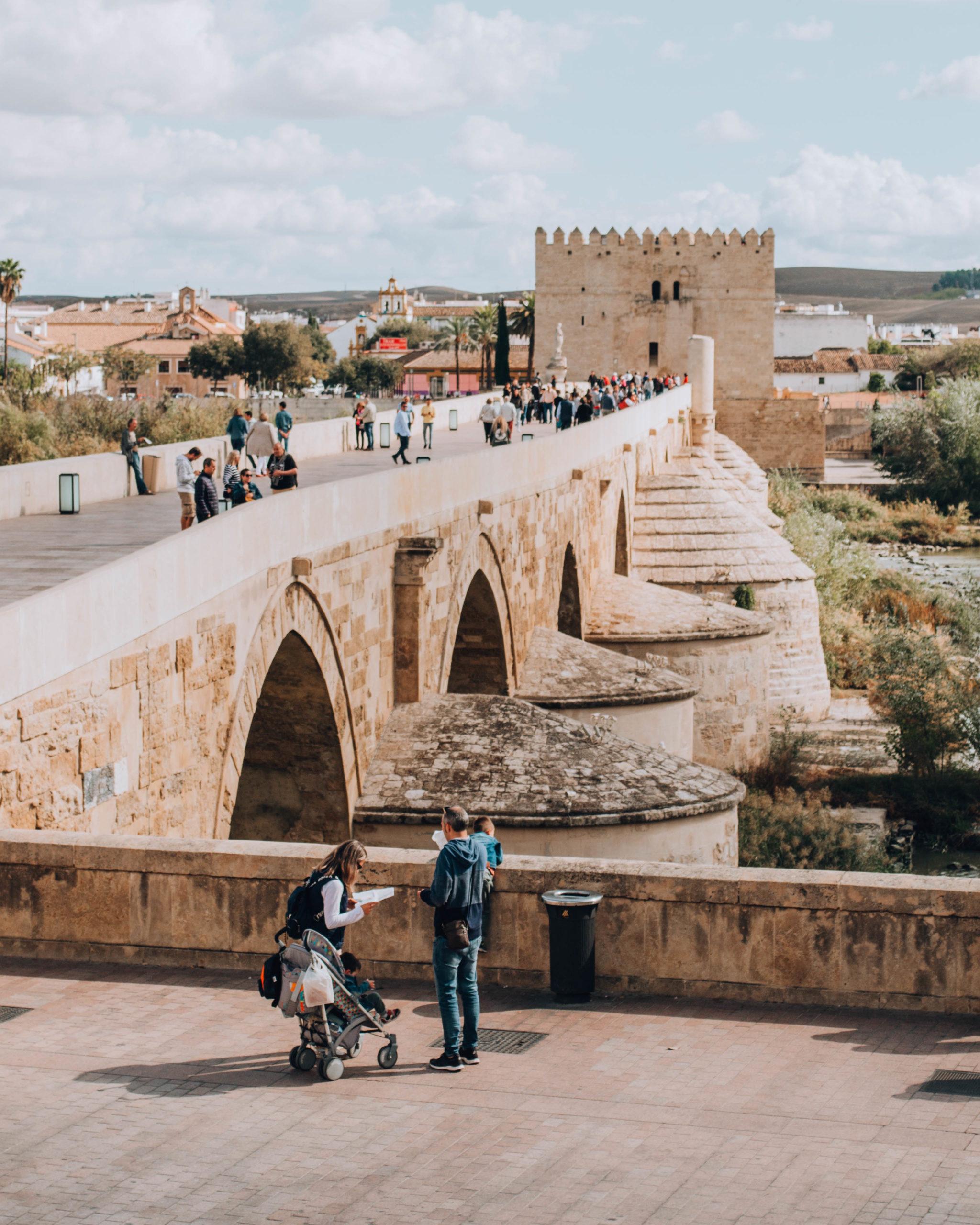 ponte romano con passanti