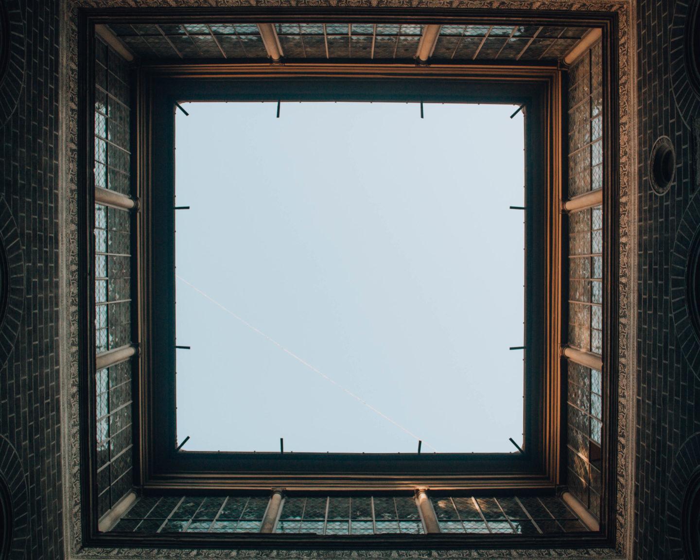 vista dal basso allìalto dell'interno di un cortile di un palazzo signorile fiorentino