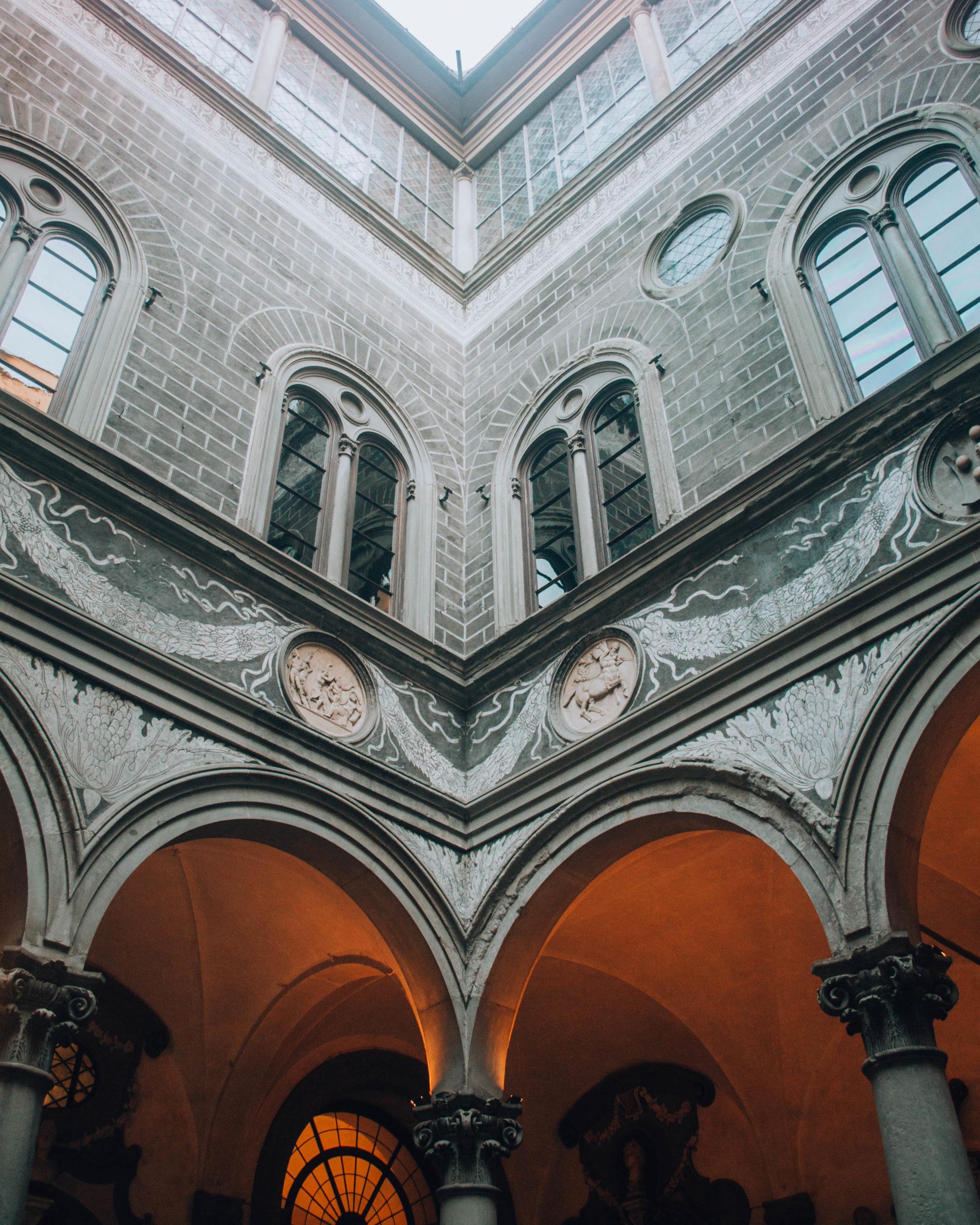 visione d'angolo dell'interno di un palazzo signorile fiorentino
