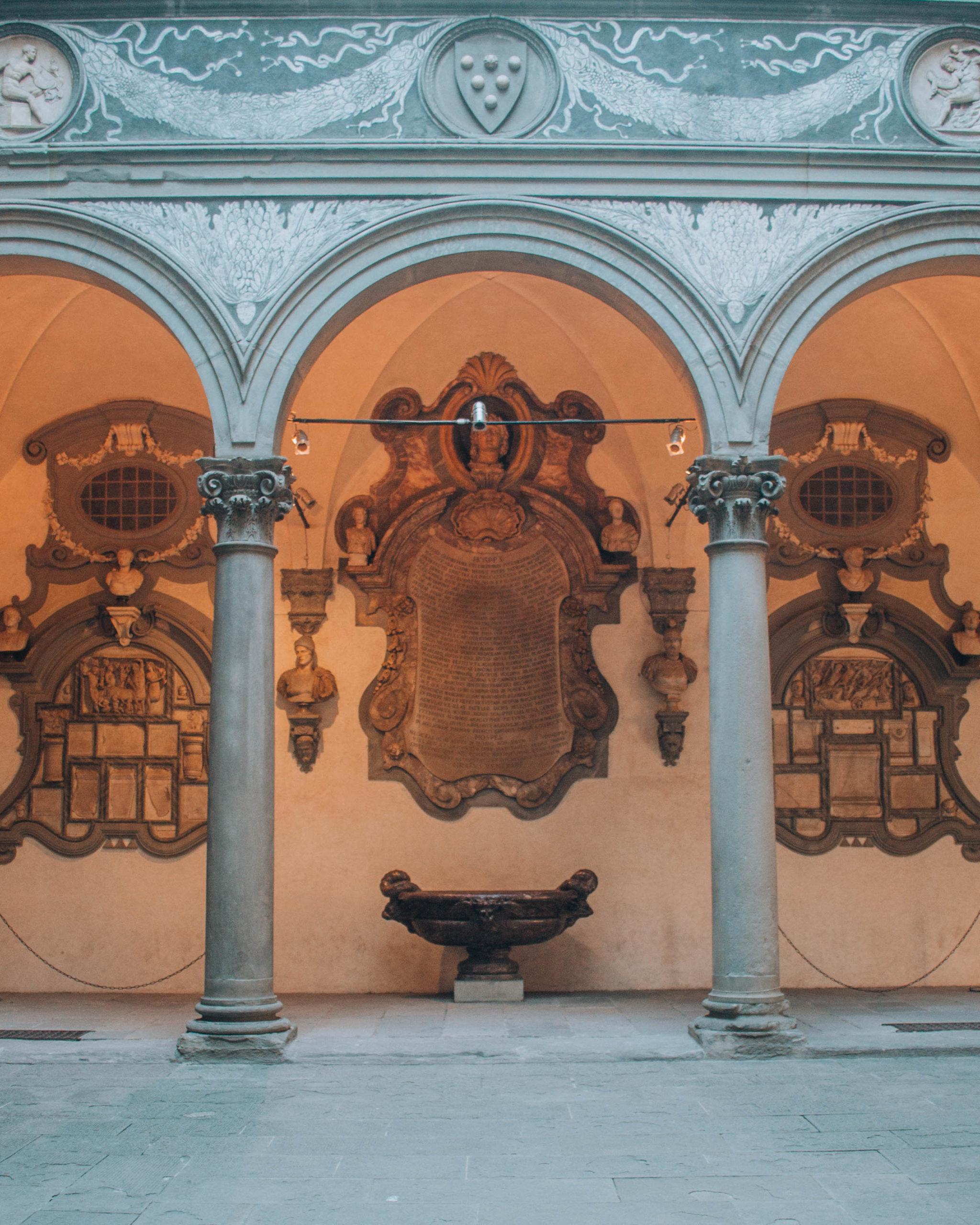 visione frontale del cortile interno di un palazzo signorile fiorentino