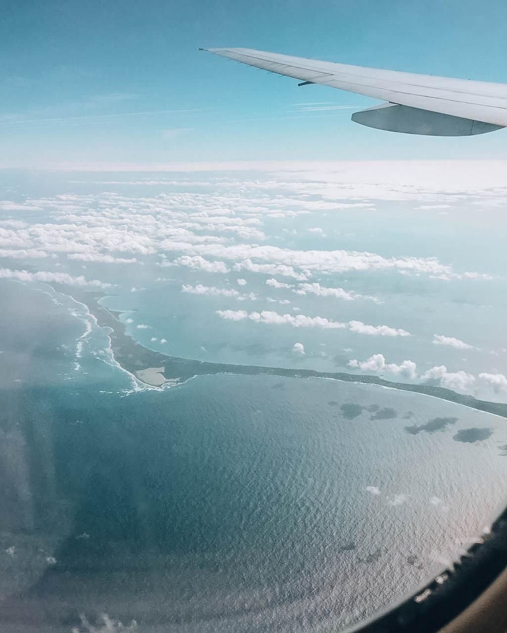 lingua di terra vista dall'alto e immersa nell'oceano azzurro