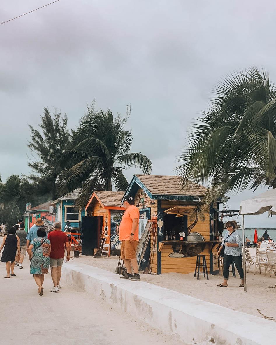 baracchini di legno lungo la spiaggia