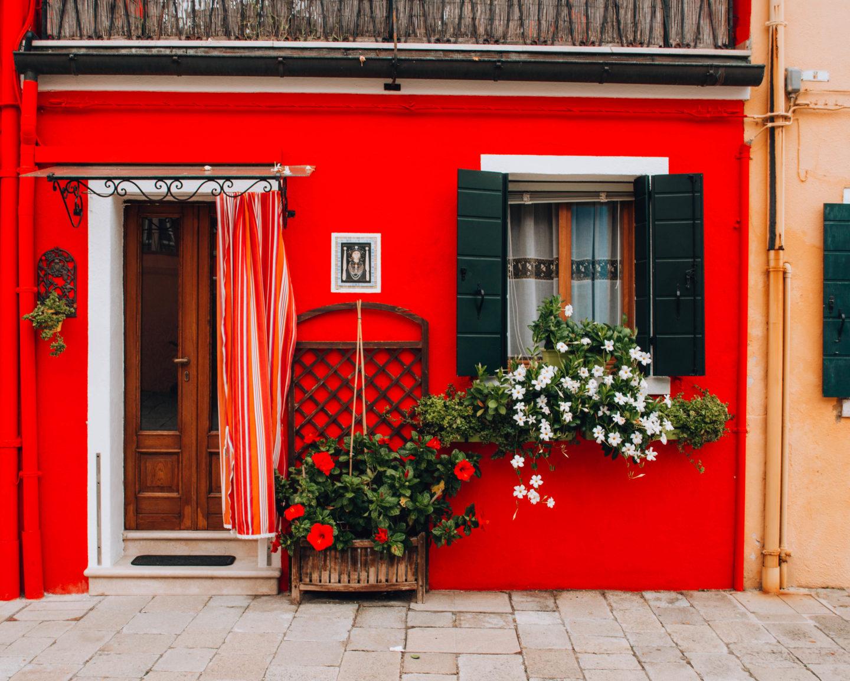 facciata di una casa rosso fuoco