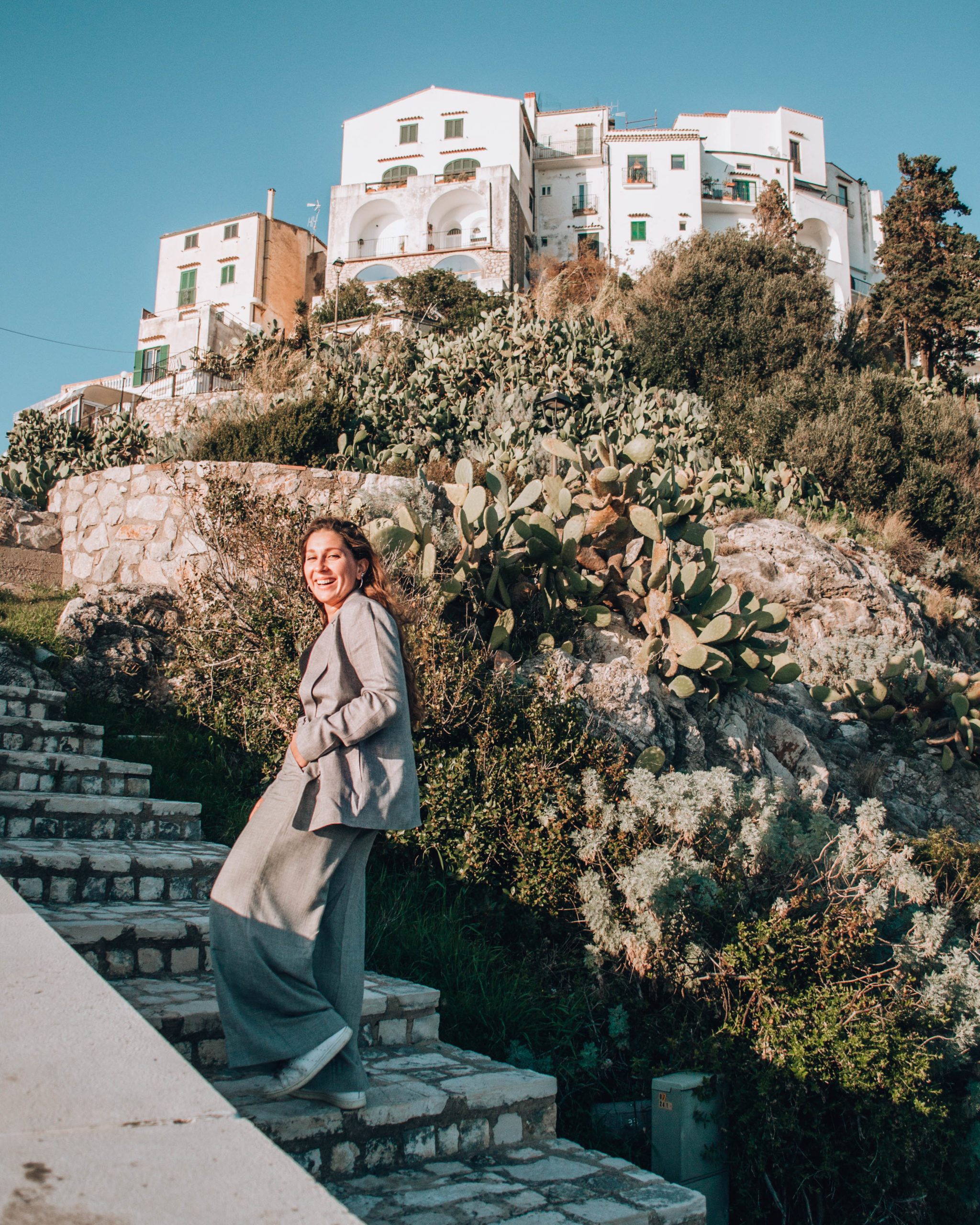 ragazza che sale gradini sullo sfondo di una rocca