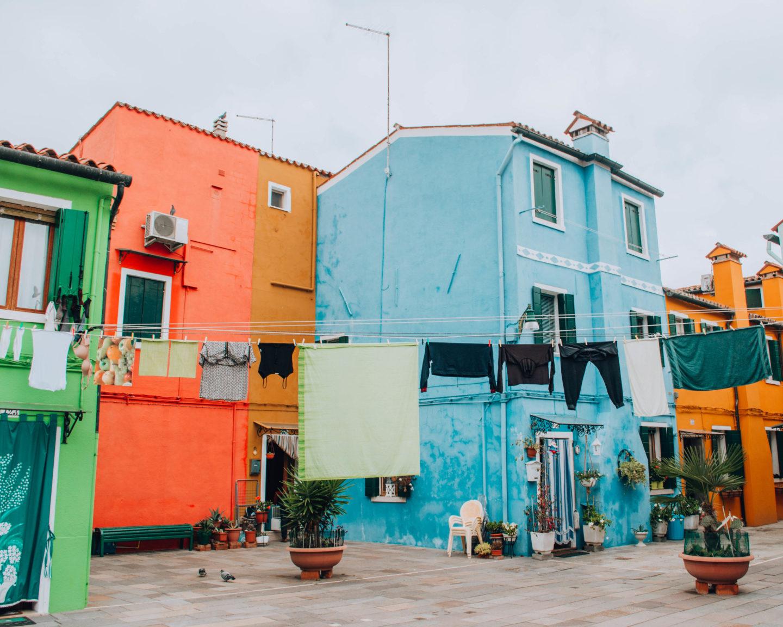 casette colorate con filo di panni tesi al centro