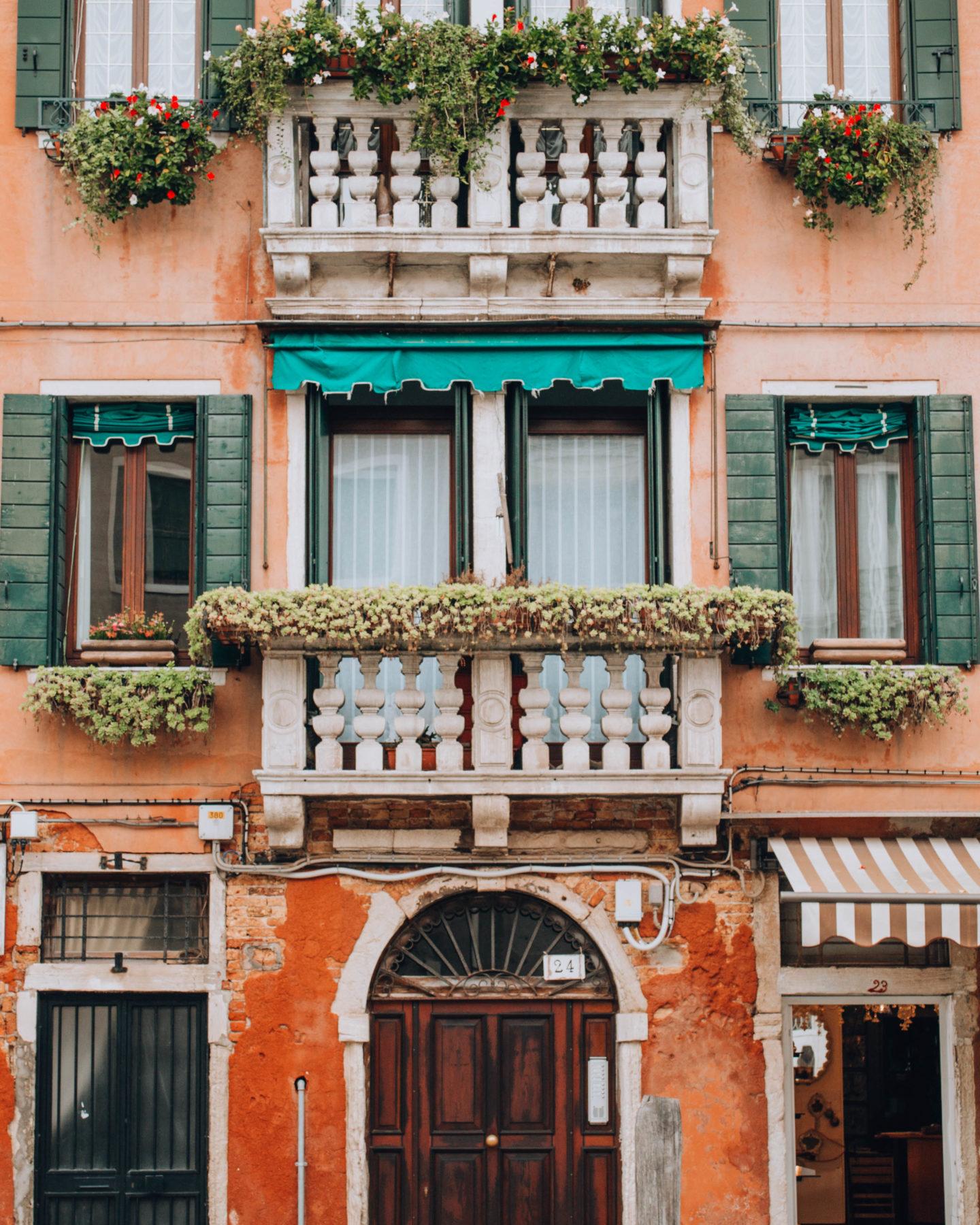 facciata di palazzo con balcone fiorito