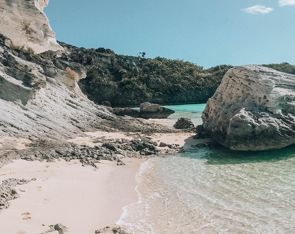 spiaggia di sabbia binaca e acqua cristallina