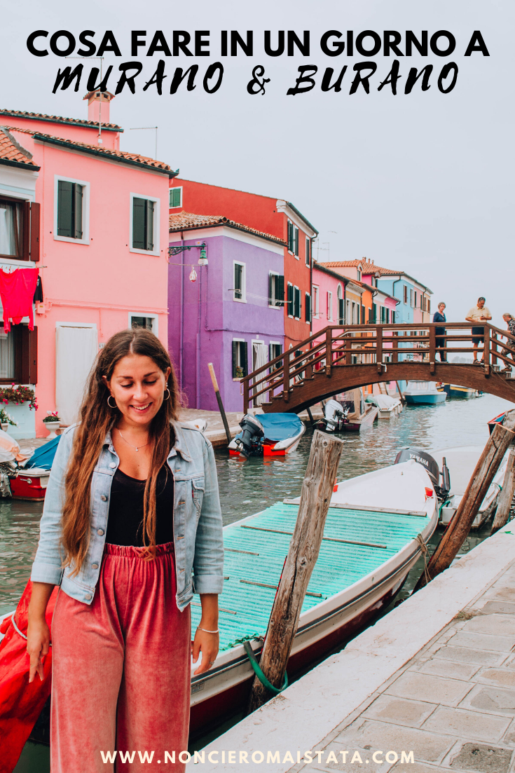 ragazza davanti a ponte di legno e case colorate