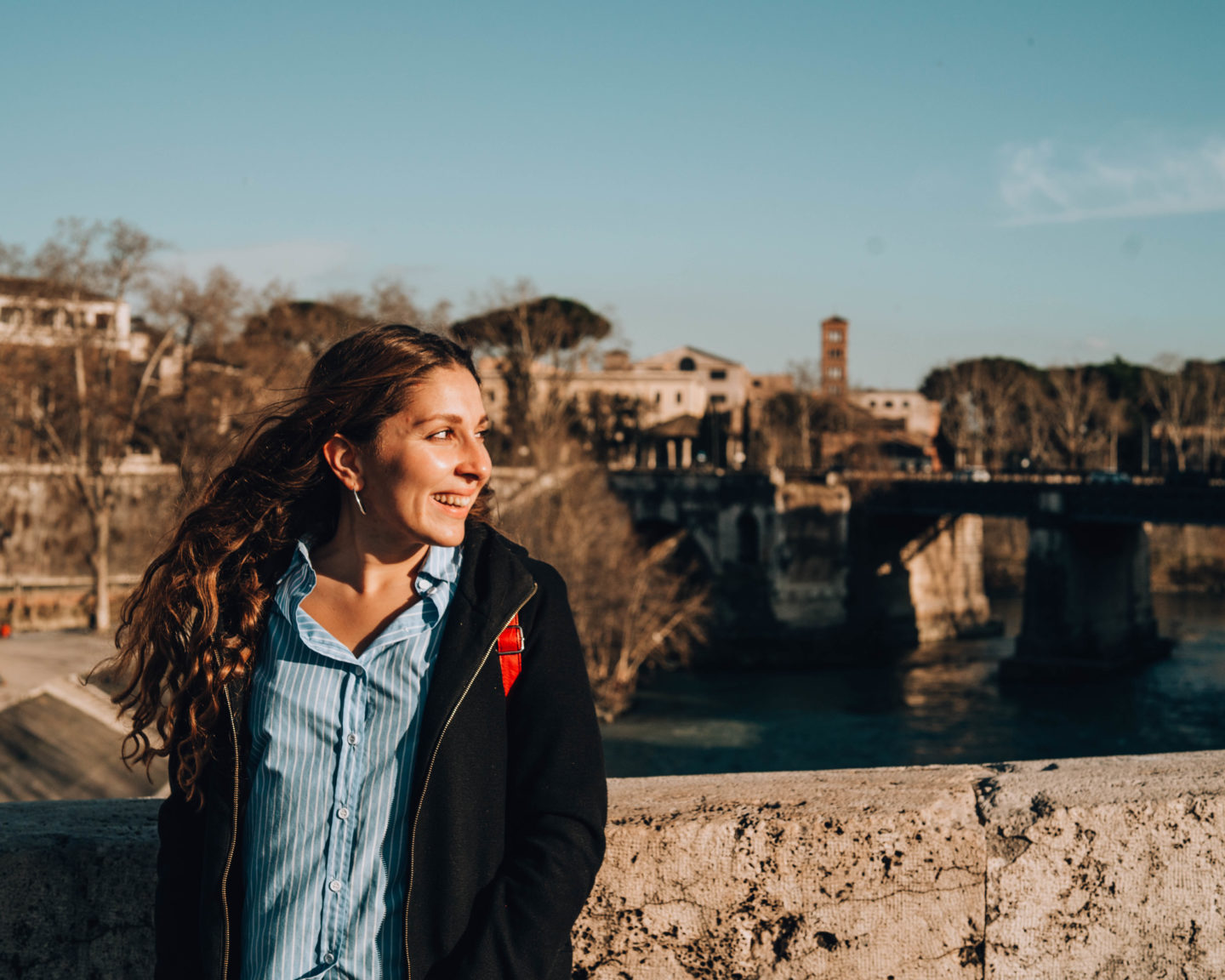 ragazza su un ponte in golden hour