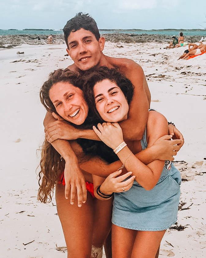 tre fratelli in spiaggia