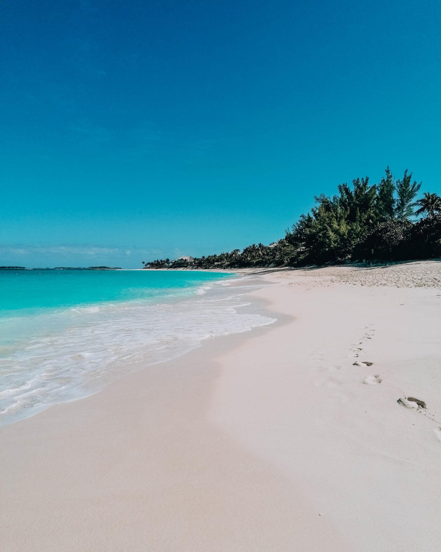 spiaggia deserta e mare cristallino