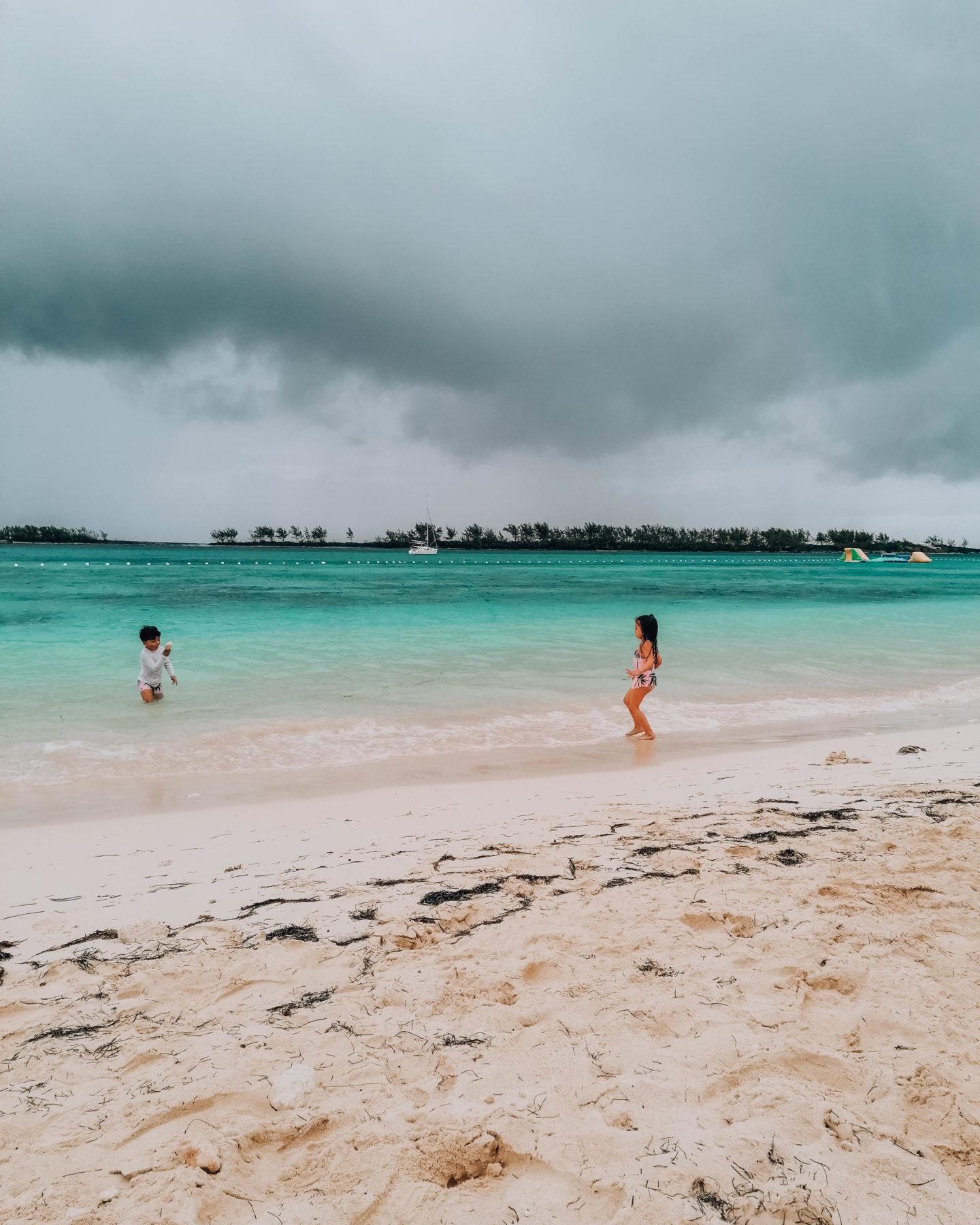 due bambini che giocano in spiaggia