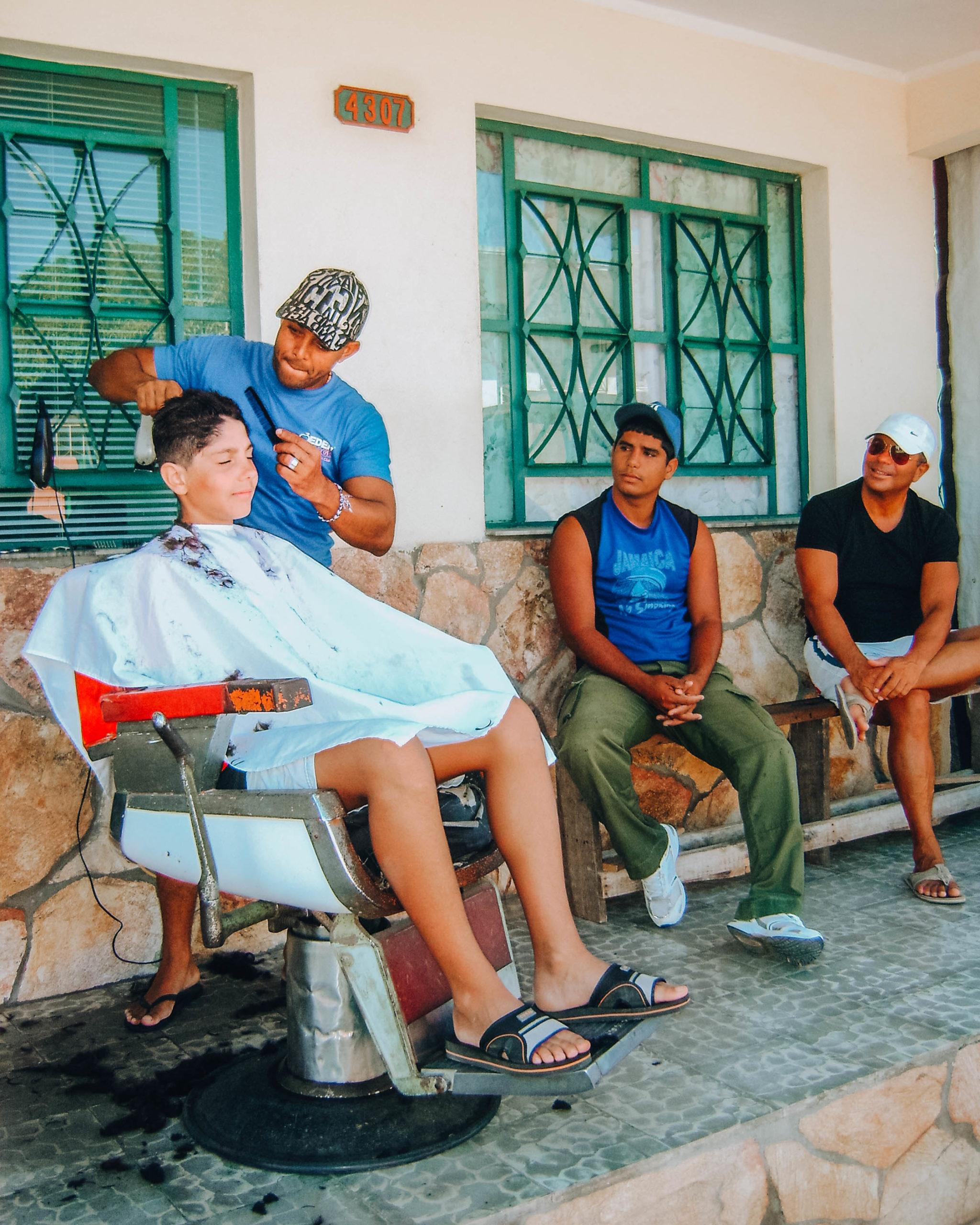 bambino dal barbiere in esterno