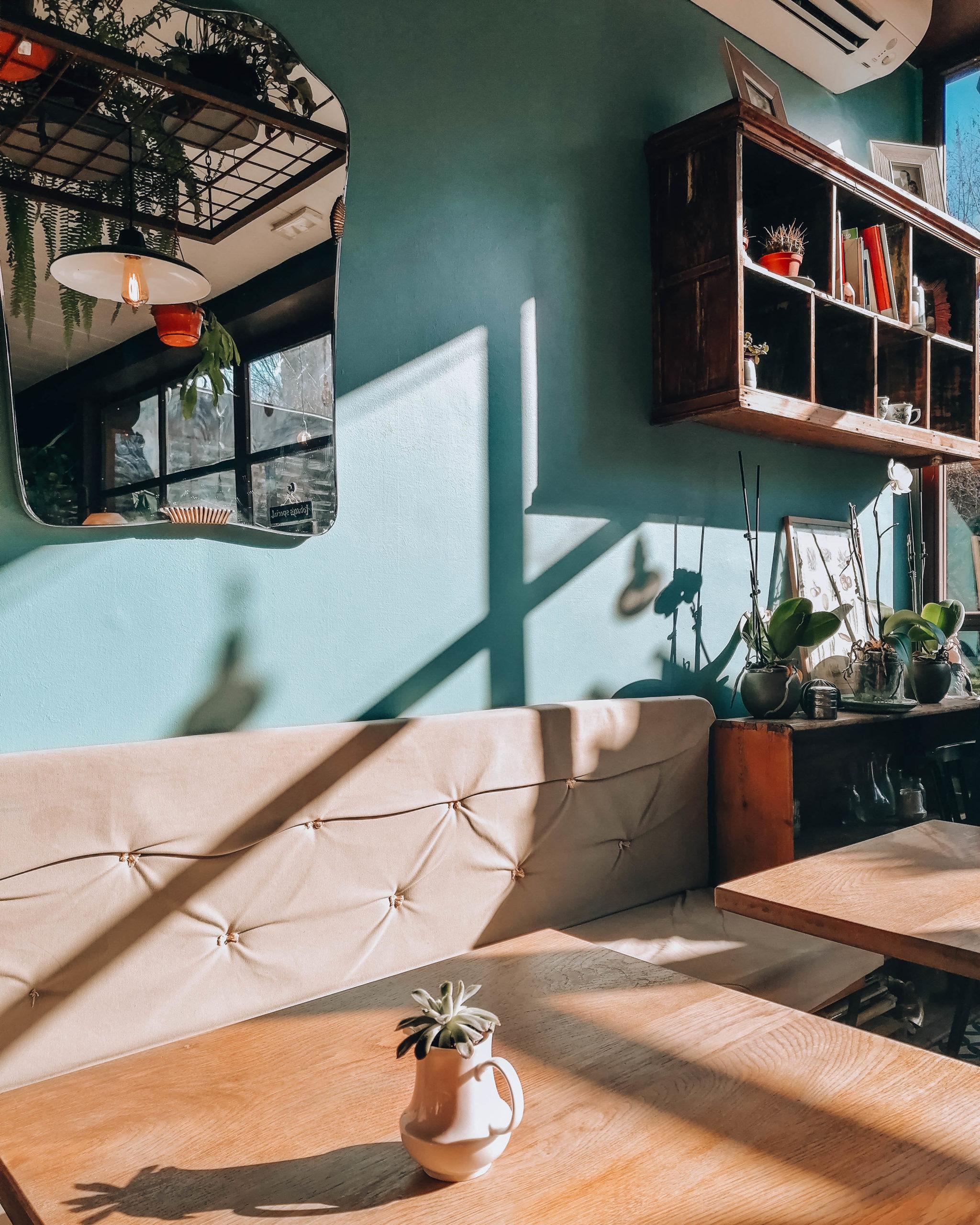 interno bistrot con tavoli legno e divanetti