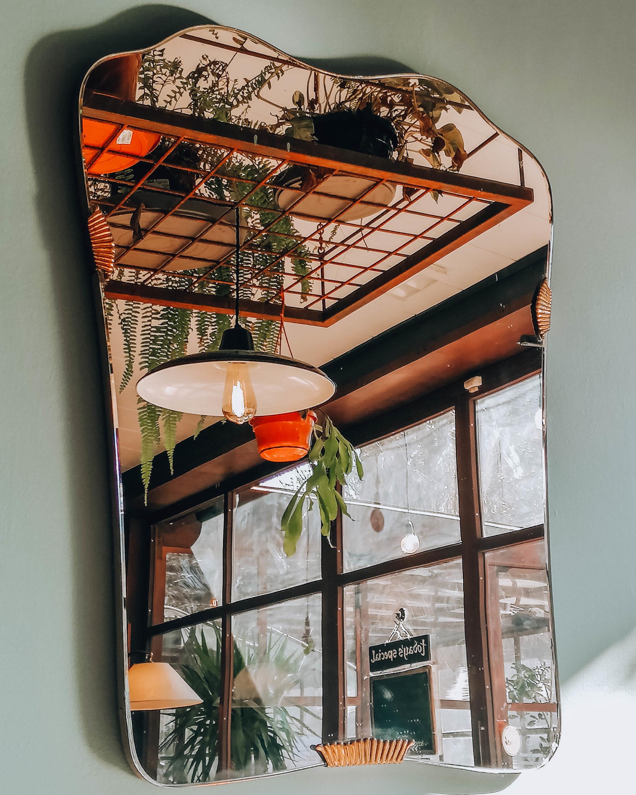 interno locale riflesso in uno specchio