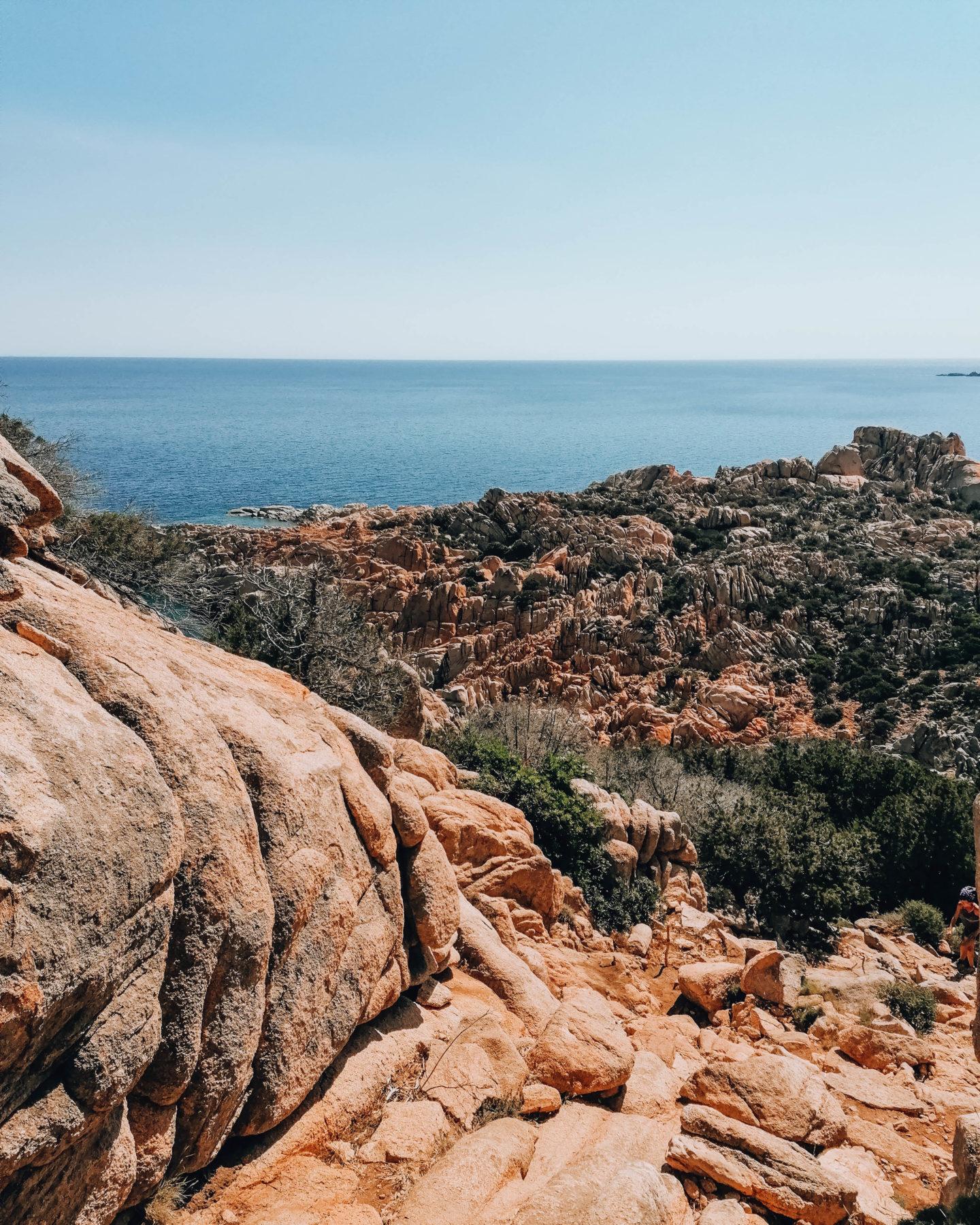 veduta sul mare azzurro e rocce granitiche