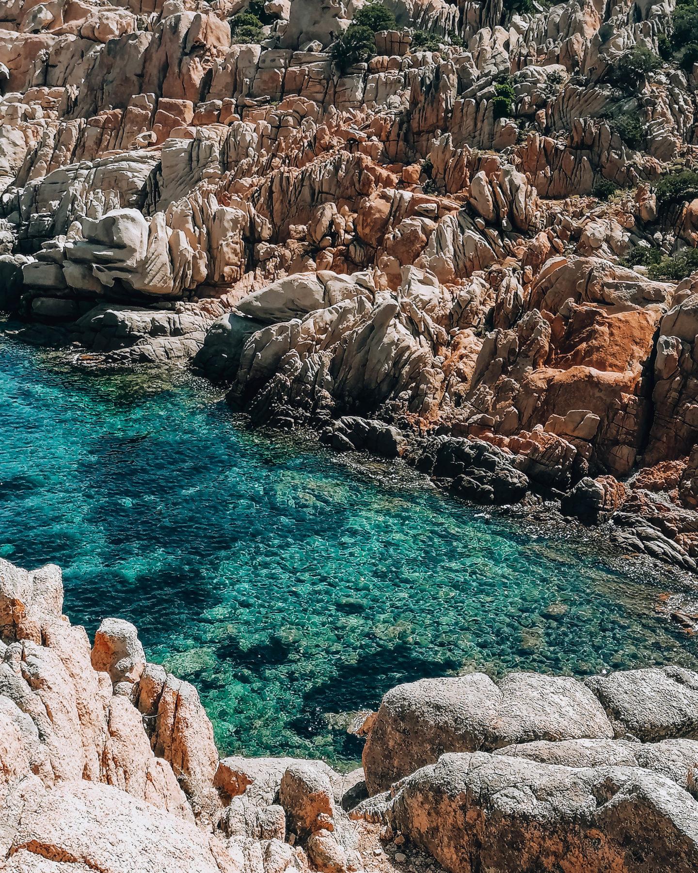 acqua trasparente circondata da rocce granitiche
