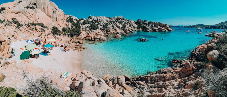 panoramica di una piccola spiaggia con acqua cristallina