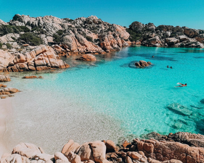 piccola spiaggia con acqua turchese e trasparente