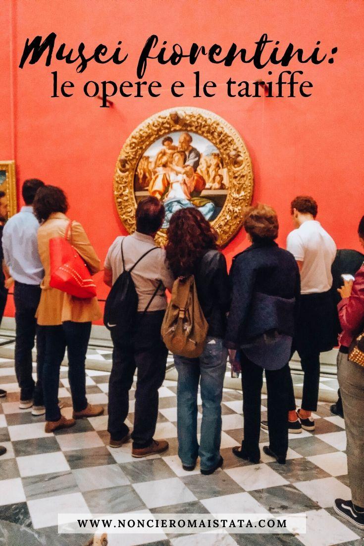 persone che guardano un'opera interno museo