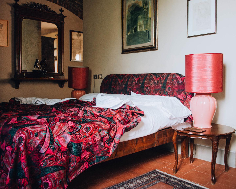 camera di agriturismo con coperte viola