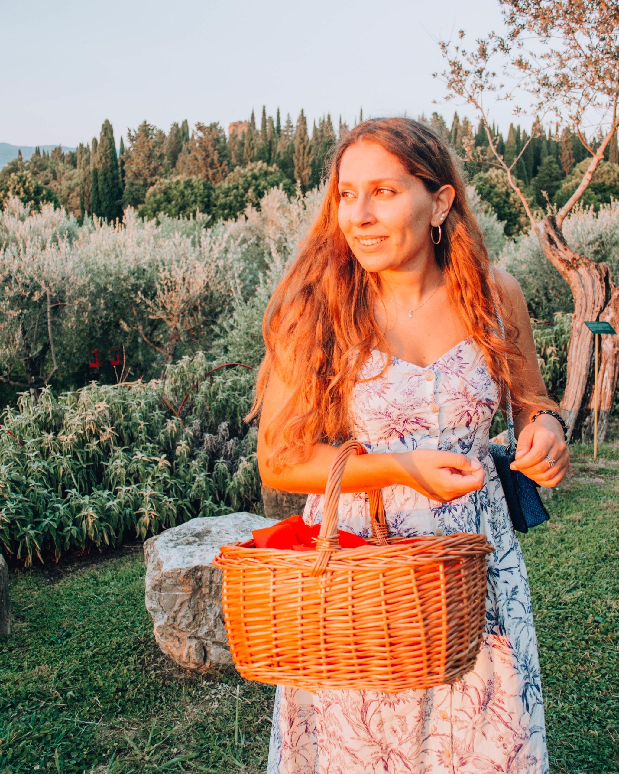 ragazza con cestino da picnic al tramonto