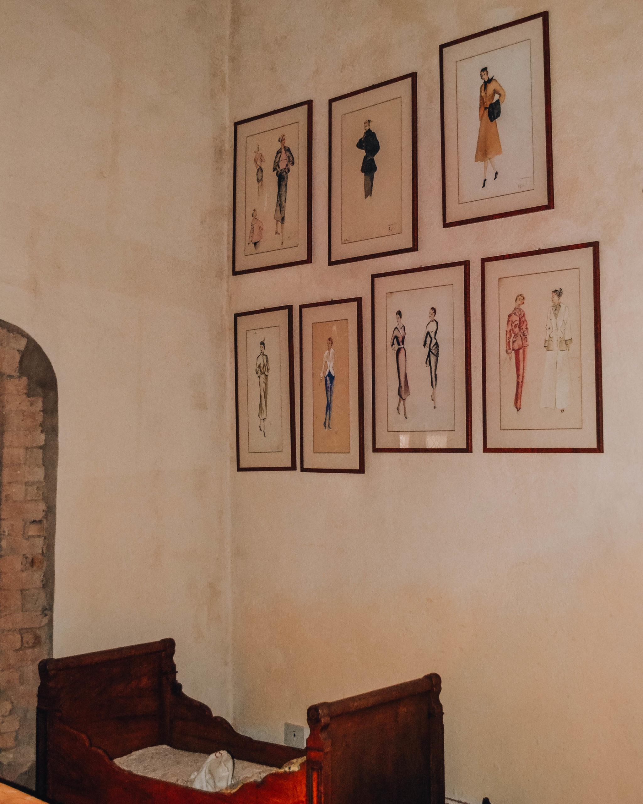 cornici con bozzetti appesi alla parete