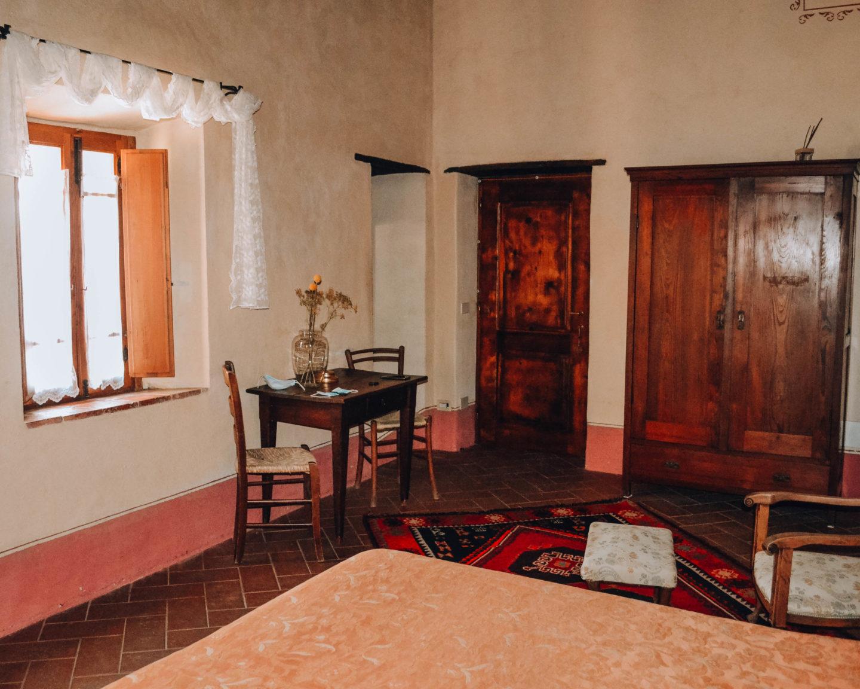 interno di camera romantica con mobili in legno
