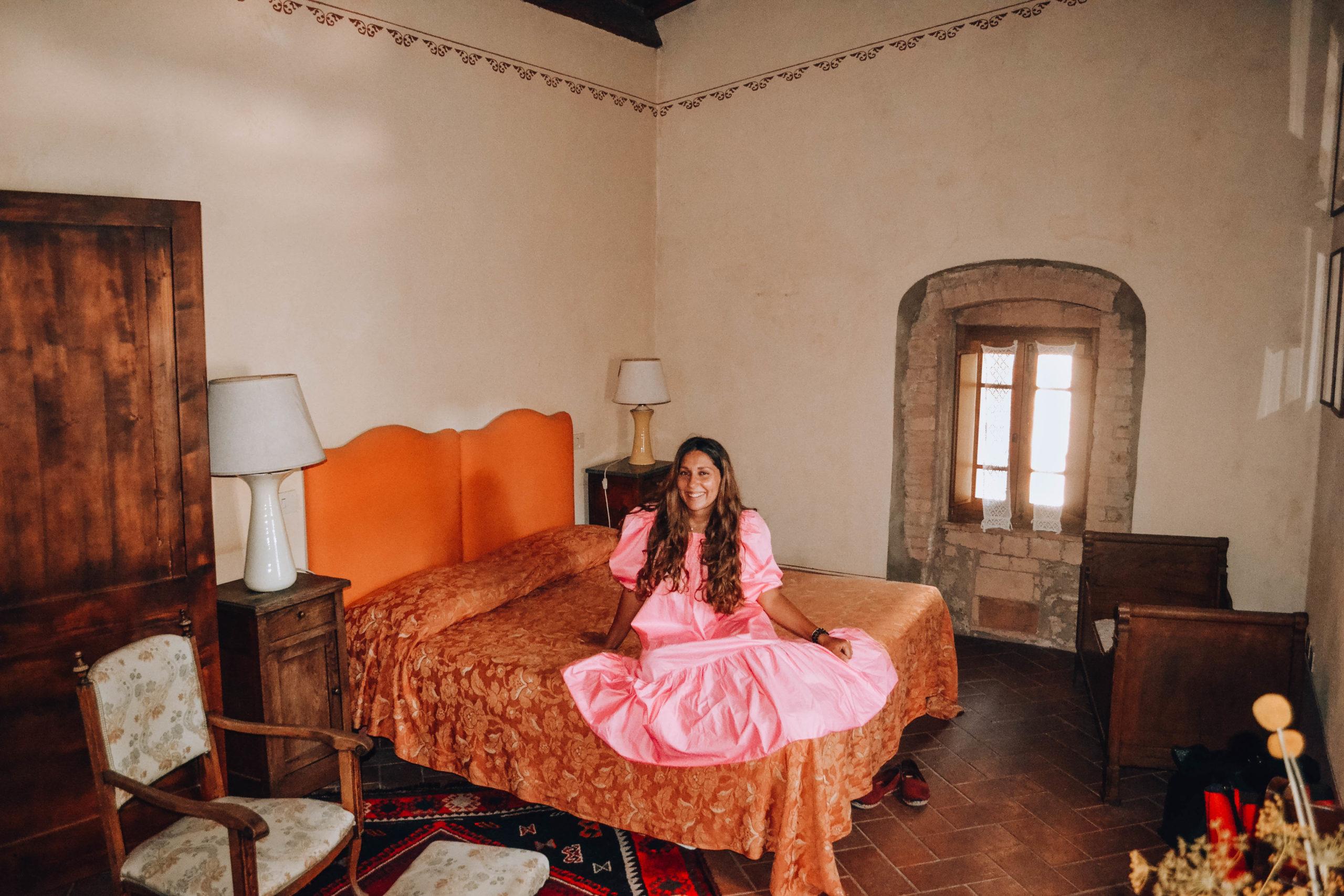 ragazza con vestito rosa in camera romantica con mobili legno