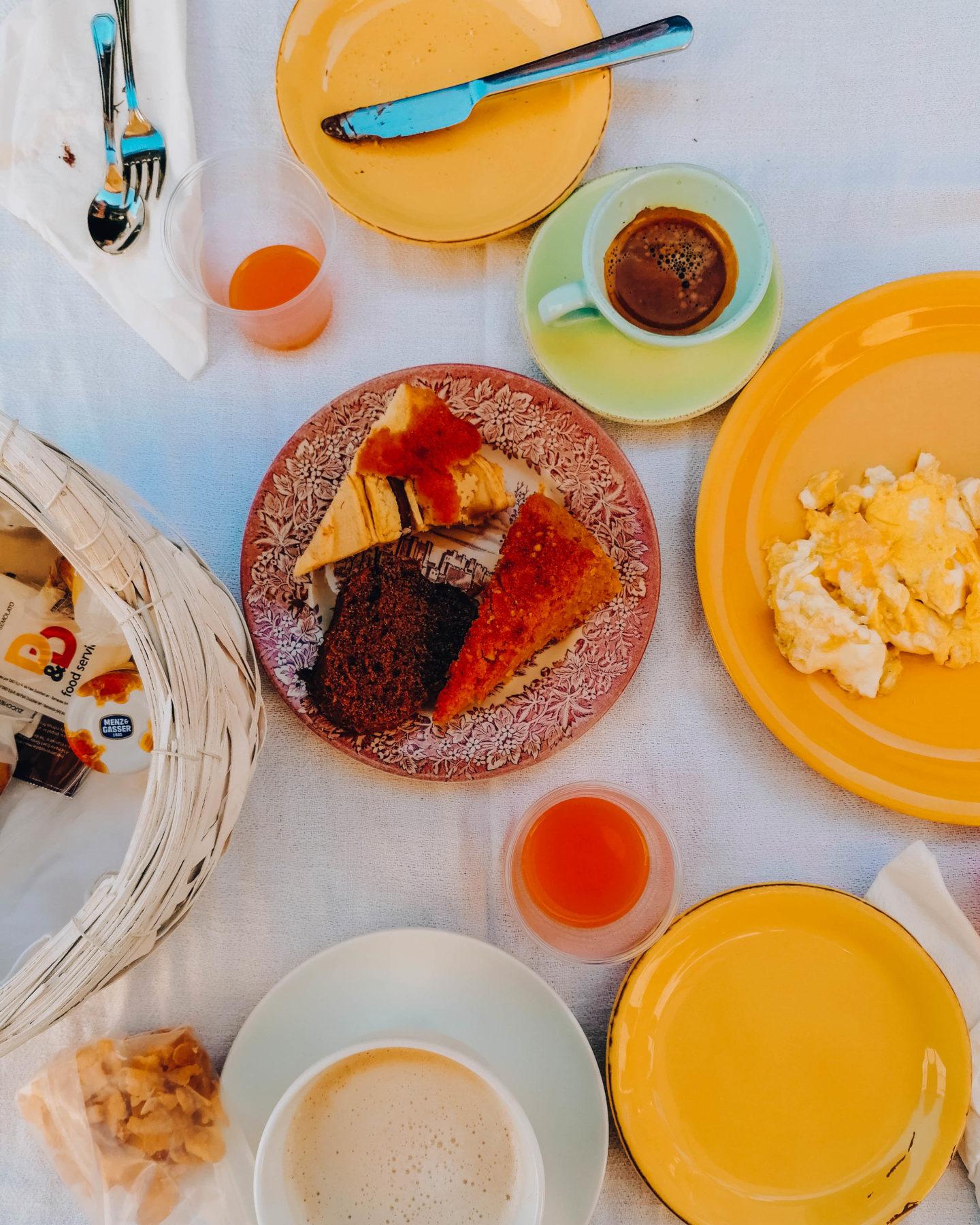 tavolo con colazione imbandita
