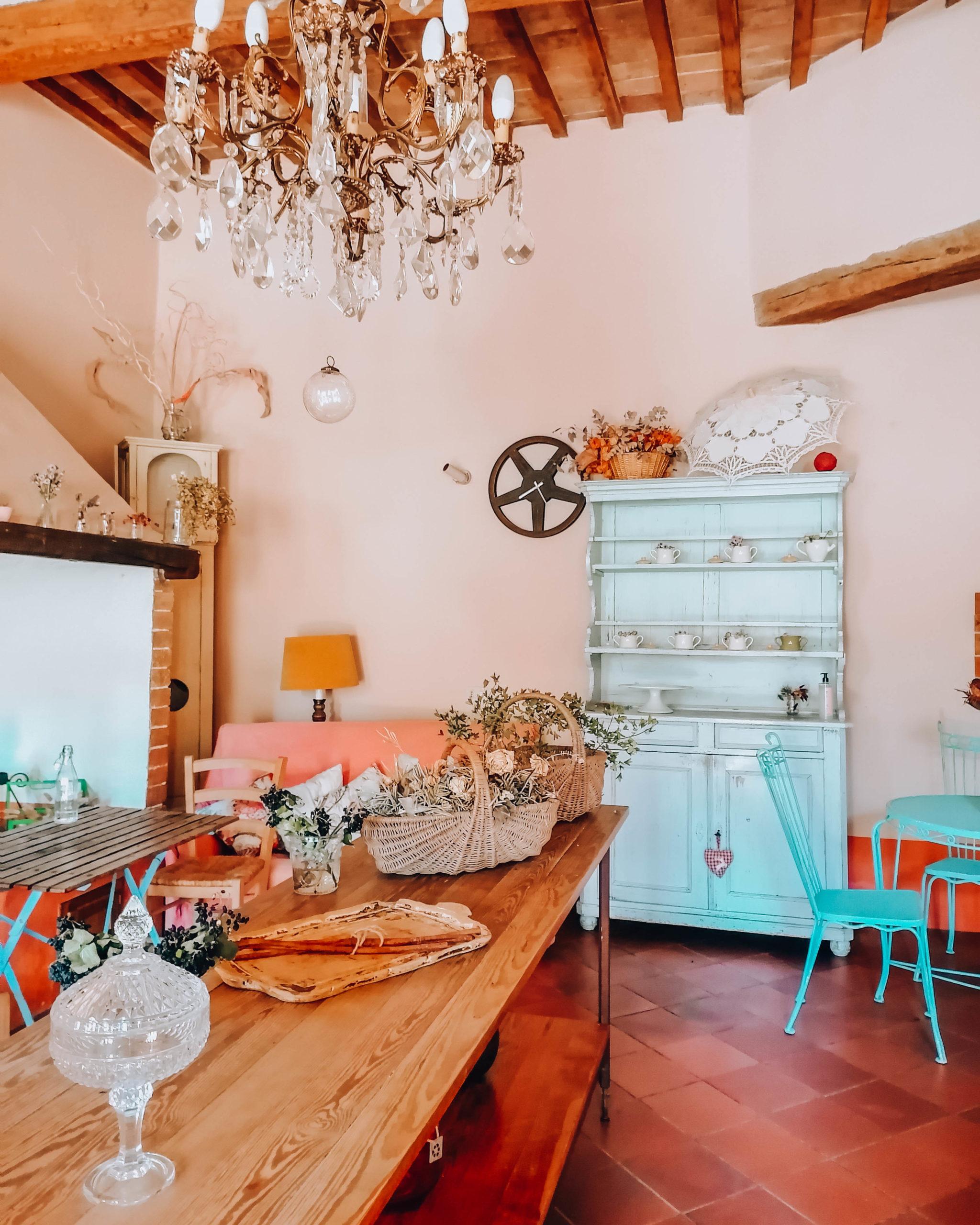 interno di b&b con mobili in legno color pastello