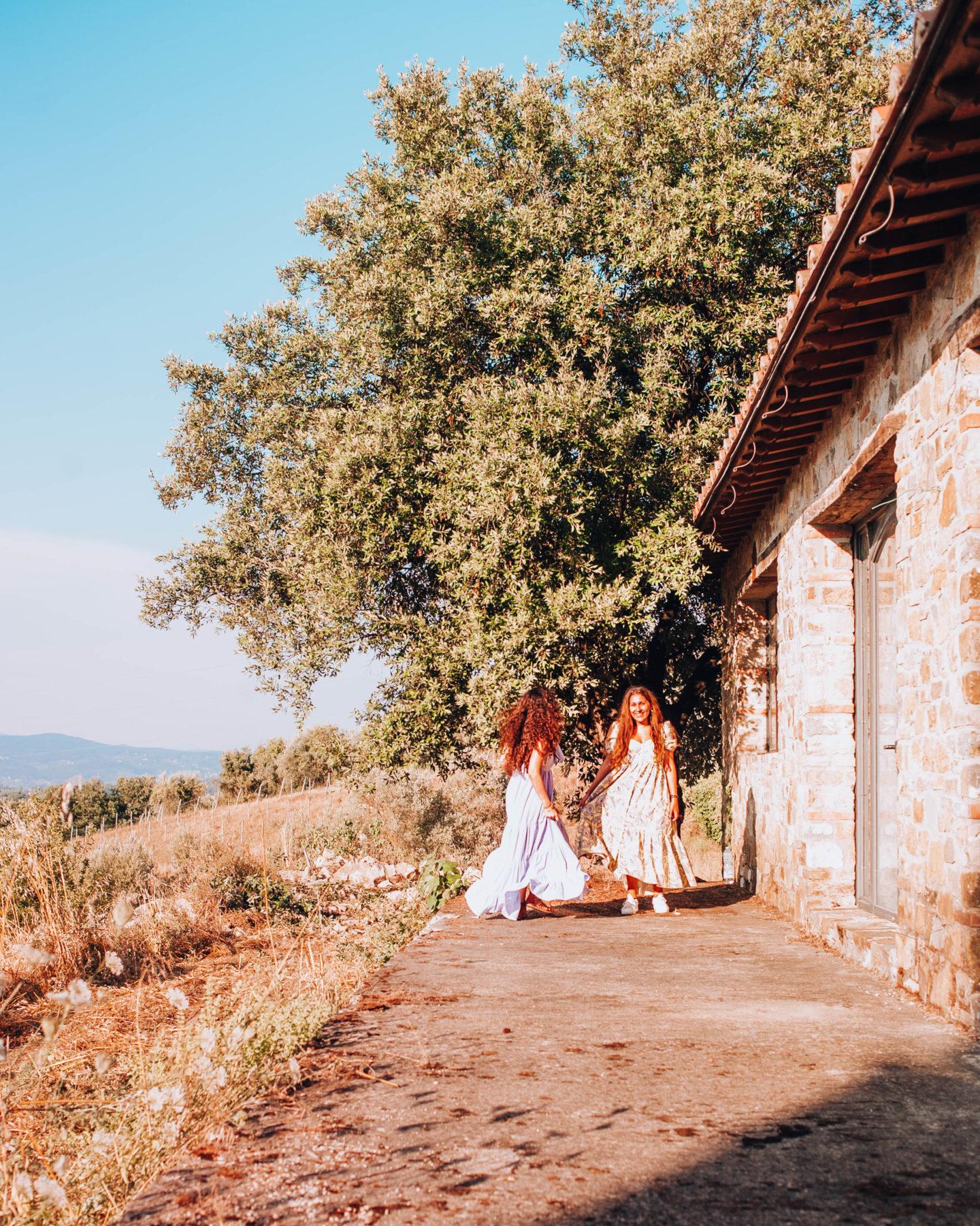 due ragazze con abito lungo in situazione bucolica