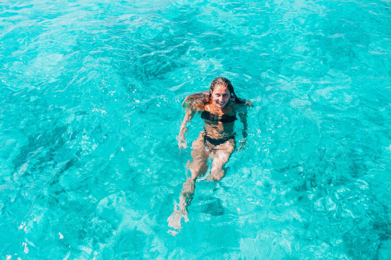 ragazza in bikini nero che nuota