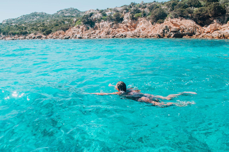 ragazza che nuota in acqua azzurra