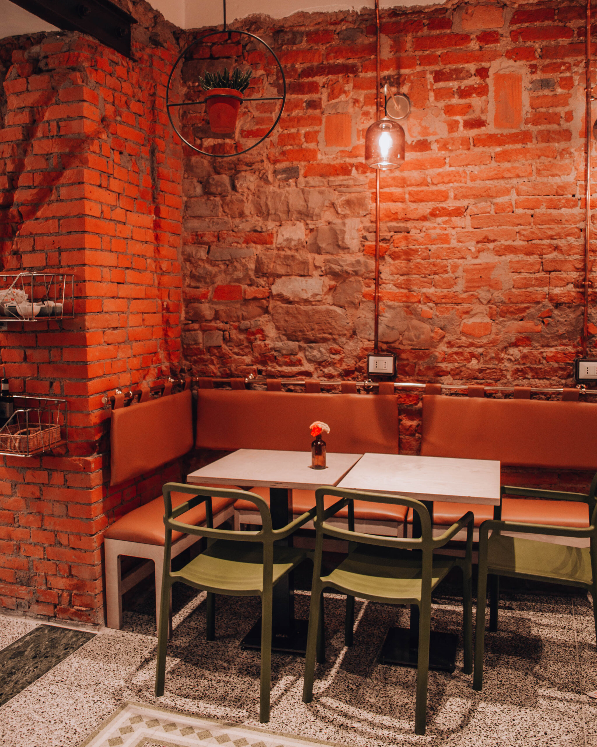 interno di locale con muri in pietra