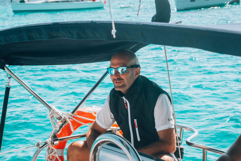 skipper su barca a vela